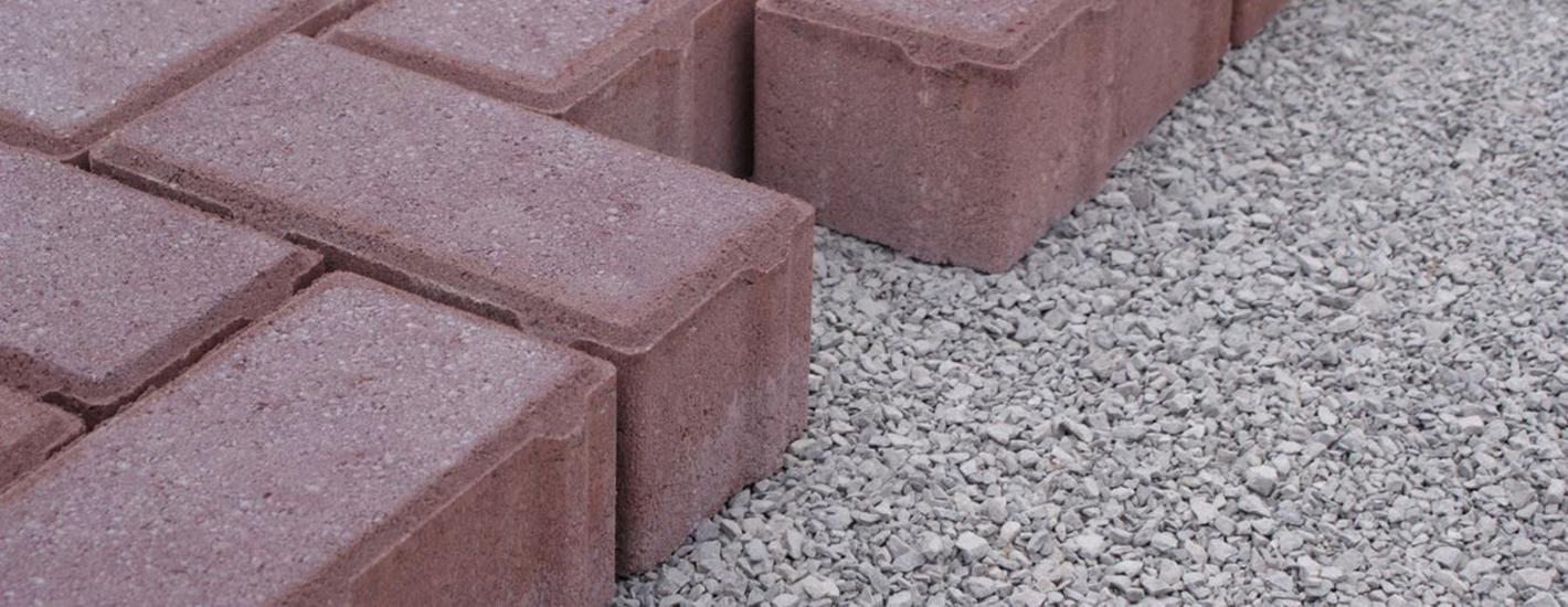 Zijaanzicht van betonklinkers met nokken voor toepassing in waterpasserende bestrating